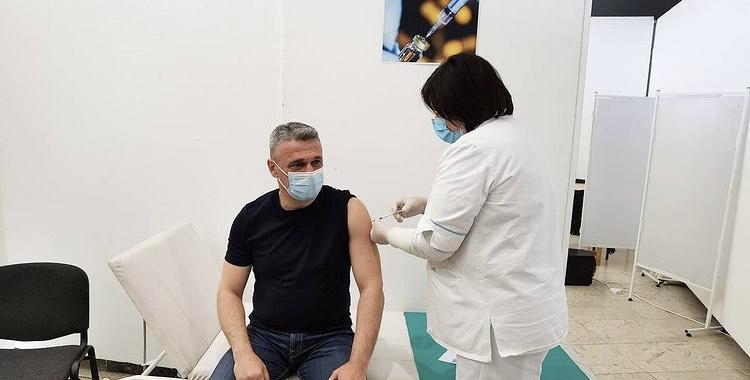 "Gradonačelnik Milun Todorović  primio ,,Sinofarm"" vakcinu"